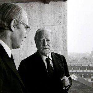 """С писателя и член на френската Академия Морис Дрюон през 1990 г. по време на гостуване на """"Всяка неделя"""" в Париж."""