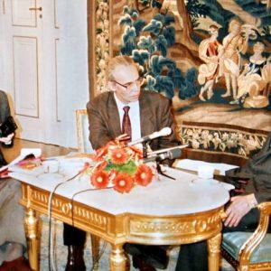 """С полския президент Лех Валенса, заедно с Тома Томов взимат интервю за """"Наблюдател"""" в президентския дворец във Варшава, 1995 г."""