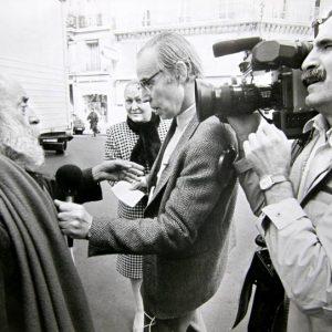 """Със скулптора Сезар в Париж, по време на репортаж за """"Всяка неделя"""", 1990 г. Вдясно се вижда операторът Иво Нешев, кореспондент на БНТ в Париж."""