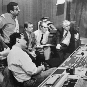 """В телевизионна апаратна в Париж през 1990 г., когато оттам се излъчва гостуващото предаване """"Всяка неделя"""". Вдясно се вижда тогавашният шеф на БНТ Павел Писарев, който е бил кореспондент в Париж."""